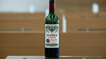 Une des douze bouteilles de Petrus ayant voyagé dans l'espace, ici à Villenave-d'Ornon (Gironde), en mars