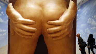 Parmi les oeuvres d'Anthea Hamilton, une sculpture haute de près de cinq mètres représentant une paire de fesses - écartées par deux mains empoignant chacune des fesses -, ainsi que des ceintures de chasteté suspendues à des chaînes