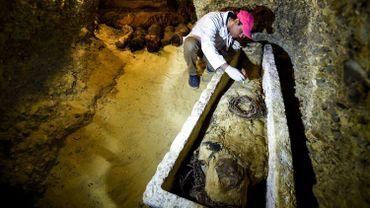 Des momies datant de la dynastie ptolémaïque d'origine grecque (323 à 30 avant J.-C.), découvertes dans des catacombes en Egypte, ont été dévoilées samedi par le ministre égyptien des Antiquités sur le site archéologique de Touna el-Gebel.