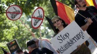 Des manifestants néo-nazis devant une mosquée à Berlin