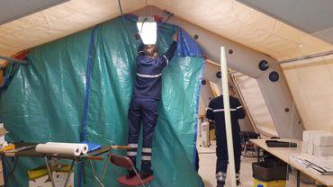 La plupart des centres de pré-tri sont installés dans des tentes, devant les urgences des hôpitaux, comme ici à Nivelles.