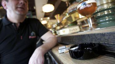 L'interdiction de fumer dans les cafés coûte plus d'un milliard à l'État