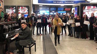 Des étudiants en chant jazz manifestent en musique contre le Brexit à la Gare du Midi