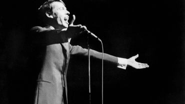 Jacques Brel chantant pour la dernière fois devant le public du music-hall parisien l'Olympia, 7 octobre 1966