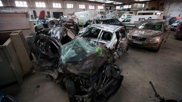 Carcasses de voitures après la collision en chaîne sur l'A19