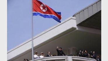 Le jeune leader nord-coréen Kim Jong-Un salue lors d'un défilié militaire le 15 avril 2012 à Pyongyang