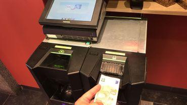 Des bouchers et des boulangers commencent à installer des machines qui permettent d'éviter aux commerçants de manipuler l'argent