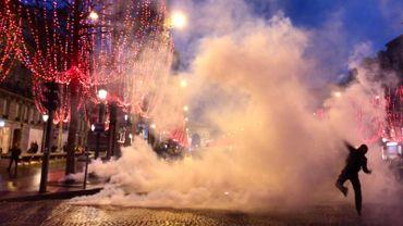 """Quelle réalité se cache derrière cette photo prise par une équipe de la RTBF lors des manifestations organisées par des """"gilets jaunes"""" à Paris? (cliquer sur la photo pour la voir en entier)"""