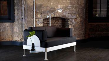 """Canapé """"Delaktig"""" issu de la collection Tom Dixon X Ikea équipé d'une table et d'une lampe."""