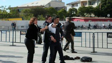 Dilek Dundar, femme de l'ex-rédacteur en chef de Cumhuriyet Can Dündar, tente de maîtriser un homme qui tente de tirer sur son mari, lui-même protégé par un une autre personne en arrière-plan, le 6 septembre 2016 à Istanbul. AFP PHOTO / CUMHURIYET DAILY