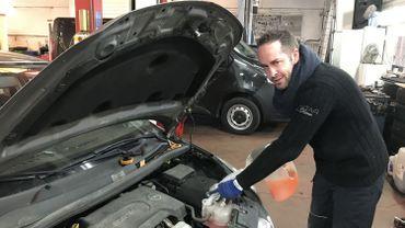 Le travail ne manque pas au garage Léon Jacob. Sébastien Finck, mécanicien automobile depuis vingt ans, était sur le pont ce samedi.