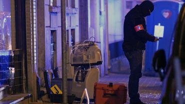 Un enquêteur est à la recherche d'indices, le 19 mars 2016 à Molenbeek à l'extérieur du bâtiment où a été arrêté la veille Salah Abdeslam