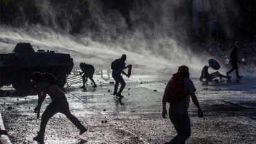 Affrontements pendant une manifestation antigouvernementale à Santiago du Chili, le 27 novembre 2019