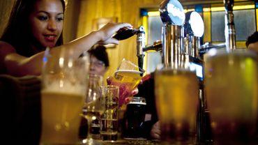 Pas d'alcool avant 18 ans? Le gouvernement y songe...