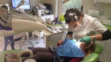 Les jeunes hennuyers vont en moyenne de plus en plus chez le dentiste
