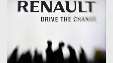 L'ombre des visiteurs du Salon automobile de Genève près du stand Renault le 2 mars 2011.
