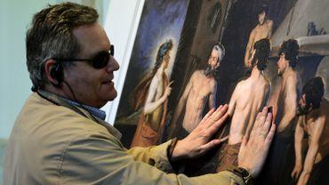Jose Pedro Gonzalez visite la première exposition destinée spécialement aux non-voyants, au musée du Prado à Madrid