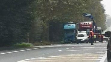 L'accident s'est produit le long de la route entre Mons et Maubeuge. Les carcasses des véhicules ont été dégagés en fin de matinée.