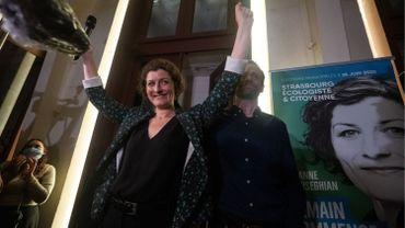 """Candidate à la mairie de Strasbourg pour la liste """"Strasbourg écologiste et citoyenne"""" Jeanne Barseghian (L) du parti vert Europe Ecologie les Verts (EELV) célèbre avec ses fans après avoir remporté le deuxième tour des élections municipales de Strasbourg"""