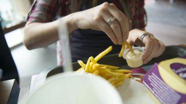 """80% de graisse: le fédéral planche sur une nouvelle """"loi mayonnaise"""""""
