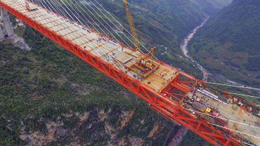 Le pont suspendu, long de plus de 1.300 mètres, permettra de relier par la route le Guizhou à la province voisine du Yunnan