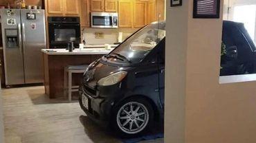 En Floride, un couple protège sa voiture en la garant dans leur cuisine