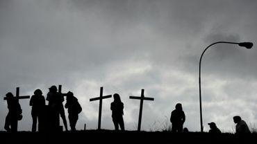 Des opposants au président vénézuélien Nicolas Maduro plantent des croix à Caracas, le 15 mai 2017