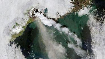 Image satellite transmise par la Nasa d'un panache de fumée s'échappant du volcan Okmok, dans les îles Aléoutiennes en Alaska, en juillet 2008