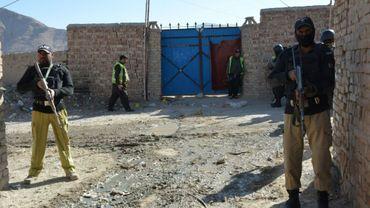 Des policiers pakistanais que les lieux d'une attaque contre deux femmes employées à vacciner des enfants contre la polio, le 18 janvier 2018 à la périphérie de Quetta