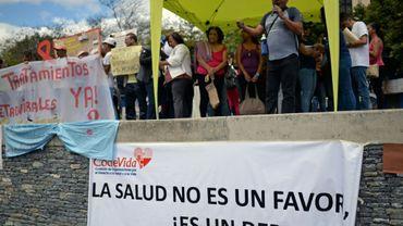 """""""La santé n'est pas une  faveur mais un droit"""", Larry Zambrano, greffé du rein, manifeste avec d'autres malades à Caracas, le 8 février 2018 pour dénoncer la pénurie de médicaments au Venezuela"""