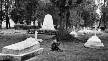 Enfant dans un cimetière d'un village congolais.