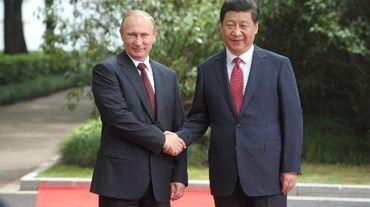 Le président chinois Xi Jinping (d) et le président russe Vladimir Poutine à Shanghai, le 20 mai 2014