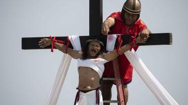 Iguane en hot-dog, crucifixion réelle ou soupe de tripes : comment fête-t-on Pâques dans le monde ?