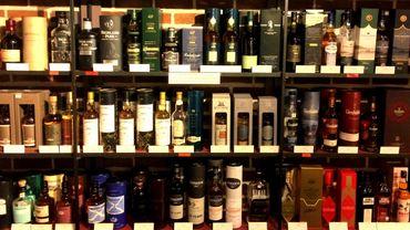 Près de 600 bouteilles de whiskies différents garnissent ces étagères.