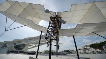 Une réplique du biplan 14-bis de Santos Dumont