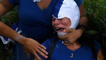 """Une manifestante blessée pendant la """"Marche des fleurs"""" à Managua au Nicaragua, le 30 juin 2018"""