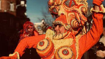 Gilles, géants, spirous au rendez-vous au carnaval de Charleroi