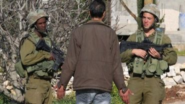 Soldats israéliens à la recherche le 15 mars 2011à Awarta des meurtriers d'une famille de colons