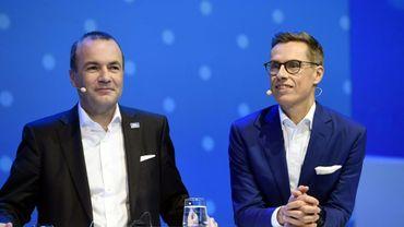 L'Allemand Manfred Weber (G) et le Finlandais Alexander Stubb (D) lors d'un débat à Helsinki, Finlande, le 7 novembre 2018.