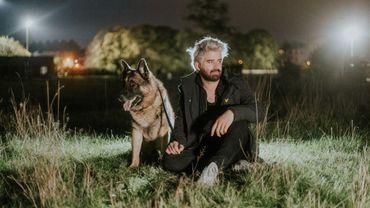 Okamy vous sensibilise à l'adoption des chiens dans son nouveau clip