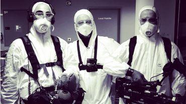 En tournage, les équipes de la RTBF amène leur propre équipement sanitaire