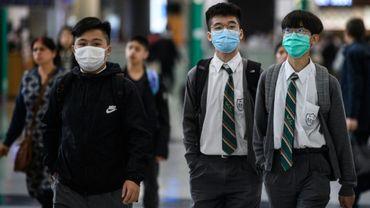 Des jeunes gens à l'aéroport de Hong Kong le 22 janvier 2020