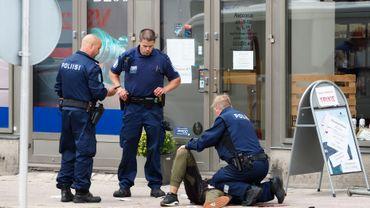 La police a arrêté le suspect quelques minutes après l'attaque, le blessant par balles à la jambe.