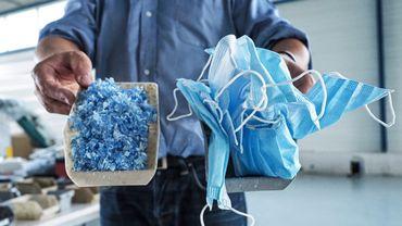 Depuis fin juin, entre 2.000 et 3.000 produits élaborés à base de ces masques jetables, ont été réalisés.