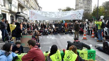 Des militants du mouvement écologiste Extinction Rebellion (XR) bloquent la rue de Rivoli, le 10 octobre 2019 à Paris