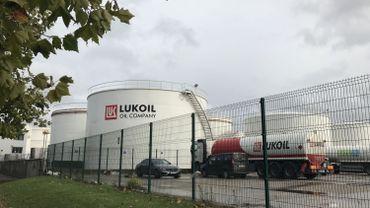 """Impossible de rater les cuves de stockage de Lukoil, à Neder Over Hembeek, le seul site Seveso à """"seuil haut"""" bruxellois."""