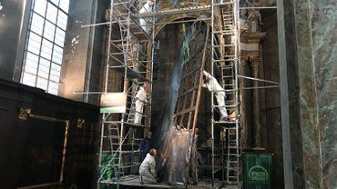 Opération de dépose complète pour le tableau déchiré de l'église Sainte-Catherine