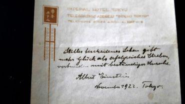 Une note manuscrite du physicien Albert Einstein en 1922, montrée à Jérusalem le 19 octobre 2017