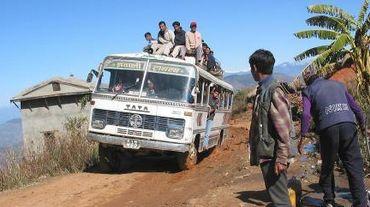 Népal: un bus sur une route rurale