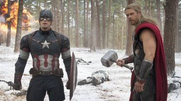 "Captain America/Steve Rogers (Chris Evans) et Thor (Chris Hemsworth) dans ""Avengers: l'ère d'Utron"""